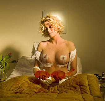 En naken Carolina Gynning med sinabröst