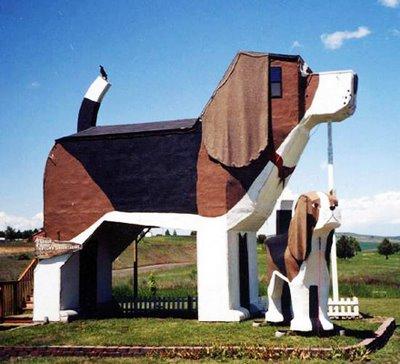 Hotell utformat som trähund - få skäll och betala fördet