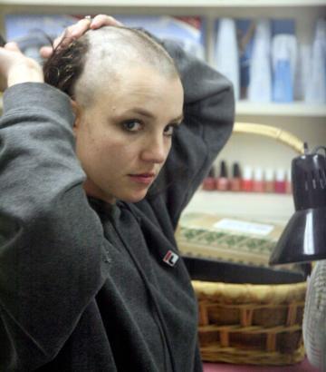Britney Spears med en frisyr som aldrig kommer slå.