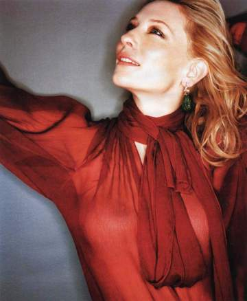 Cate Blanchett visar brösten
