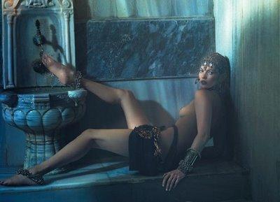 Kate Moss kan visa benen