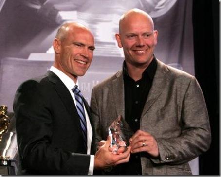 Mark Messier överlämnar sitt pris till Mats Sundin
