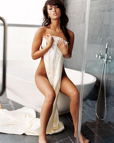 Megan Fox naken i badrummet