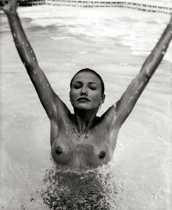 Upp med händerna! En naken Cameron Diaz ger upp...