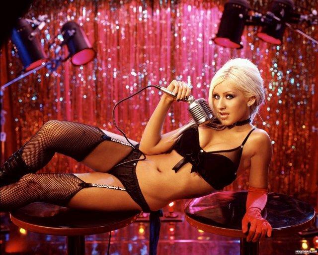 Christina Aguilera vet hur man får nya fans...