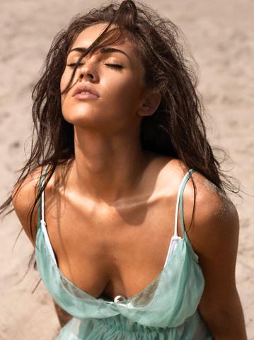 Megan Fox nakna hud får smaka strålning