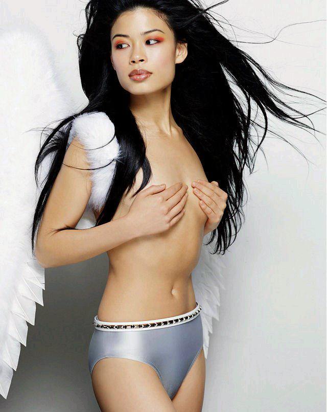En nästan naken Vanessa Mae bjuder på sig själv...