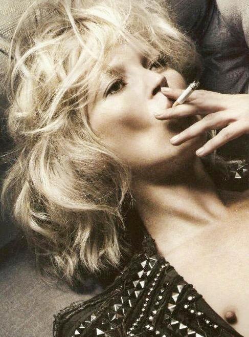 Naken Kate Moss suger i sig