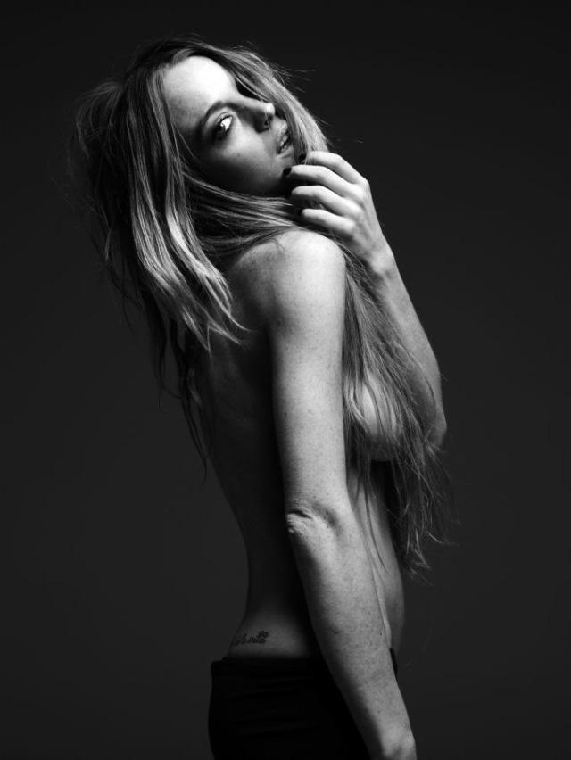Naken Lindsay Lohan i svartvitt