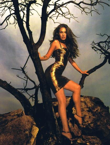 Megan Fox klättar i naket träd med sex feta grenar