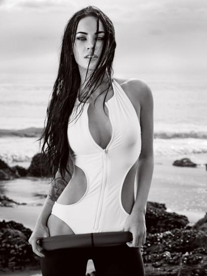Megan Fox på en öde strand..