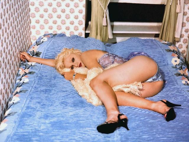 En stilistisk Madonna vilar ut i sängen i bara sex minuter...