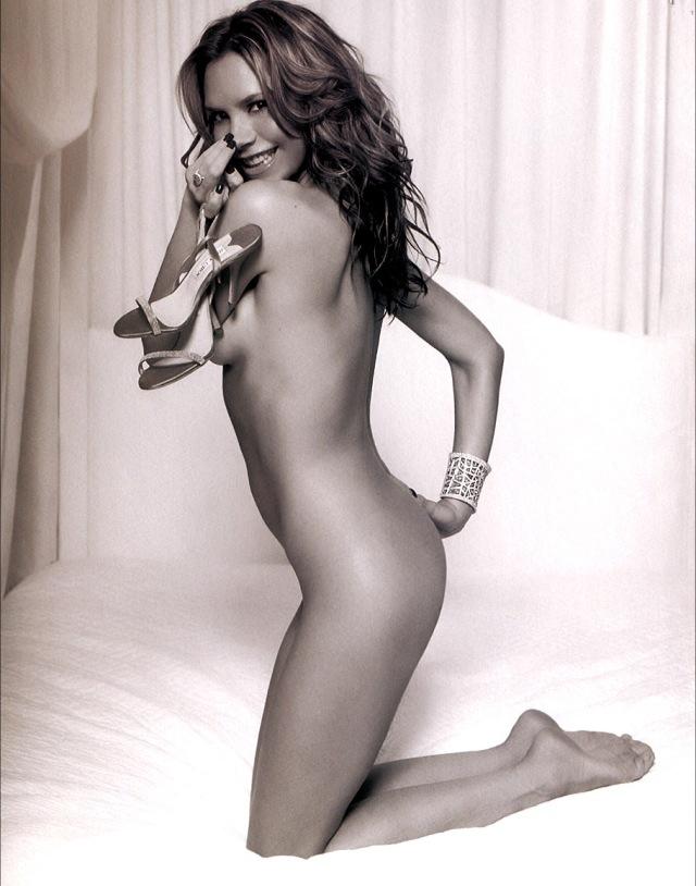 Naken Victoria Beckham med ett par lika nakna skor