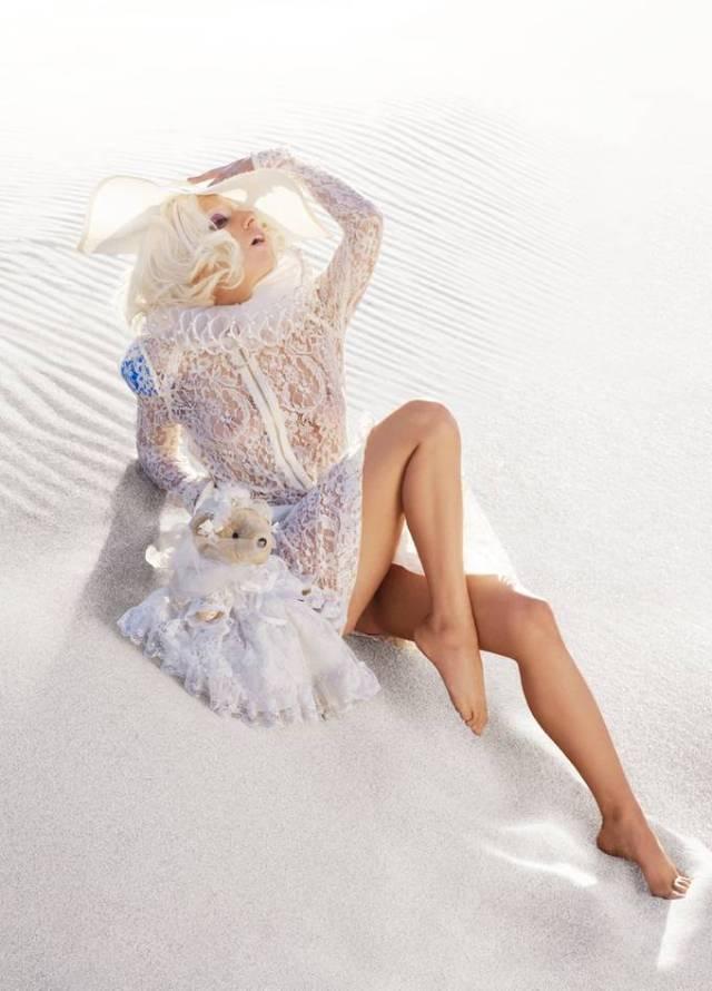 Lady Gaga nästan naken i sanddyna