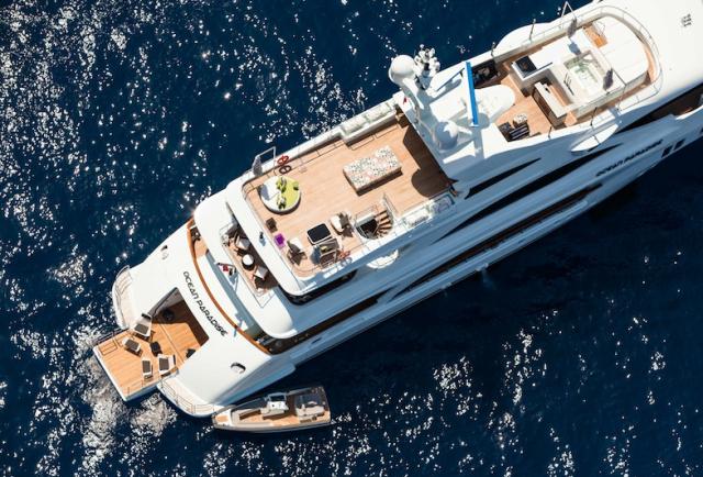 Lyxiga båtar och bilar på HOOM